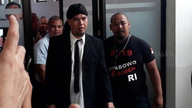 Ahmad Dhani sebelum menjalani sidang kasus ujaran kebencian di PN Jaksel, Senin (28/1/2019). (Ismail/Suara.com)