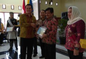 Dr. Alvia Santoni Ketua STIE SAK