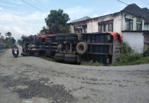 Fuso Terbalik di tikungan Tanah Kampung Kerinci