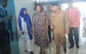 Menteri Susi Pudjiastuti disambut Bupati Kerinci Adirozal