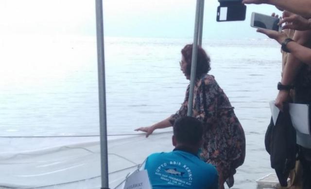 Menteri Susi Saat Menebarkan Bibit Ikan di Danau Kerinci