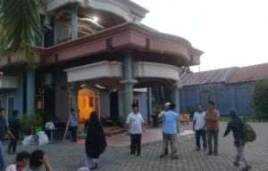 Suasana rumah duka di Rt 11, Paal 5, Kotabaru, Jambi. Foto: Serujambi.com