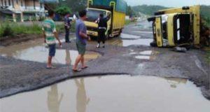 Truk Sawit Terguling di Jalan Berlobang, Depan PT. Djambi Waras