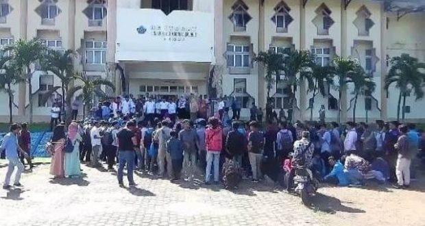 Ratusan Mahasiswa UIN Jambi Unjuk Rasa