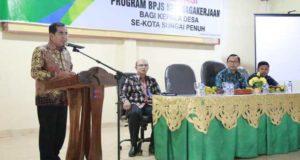 Wali Kota Sungai Penuh Asafri Jaya Bakri Saat Membuka Sosialisasi BPJS Bagi Kades di Sungai Penuh
