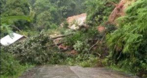 Longsor, Akses Jalan Sejumlah Desa di Batang Asai Terputus