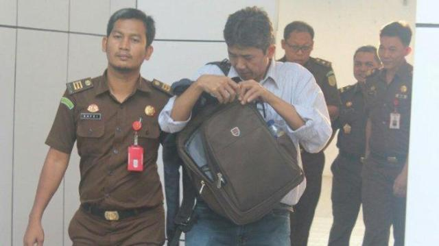 Penyidik Kejati Jambi membawa tersangka perkara pipanisasi di Tanjab Barat, beberapa waktu lalu/ Tribunjambi.com