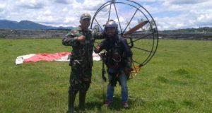 Atraksi Paralayang Meriahkan Penutupan TMMD Ke 104 di Sungai Penuh