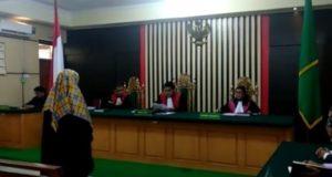 Heriyah, terdakwa kasus dugaan korupsi dana PAUD saat mendengarkan vonis majelis hakim Pengadilan Tipikor Jambi, Senin (4/3) / metrojambi.com