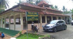 Masjid Daarussalam yang terletak di Desa Buniayu, Kecamatan Tambak, Banyumas diacak-acak oleh orang tak dikenal. Kitab-kitab milik TPA Daarussalam juga dibuang ke dalam sumur