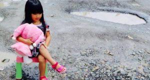 Foto Model Cilik di Kerinci Main Air di Jalan Rusak