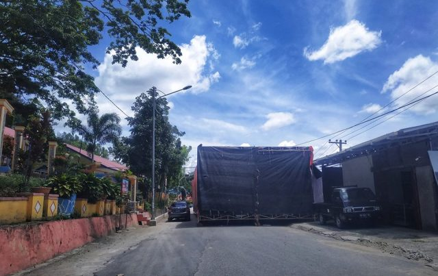 Pemasangan Tenda Pesta Pernikahan di Simpang SD 4 Sungai Penuh Habisi Jalan