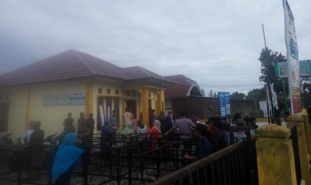 Warga Kepung Kantor Kades Pinggir Air Kecamatan Kumun Debai Kota Sungai Penuh