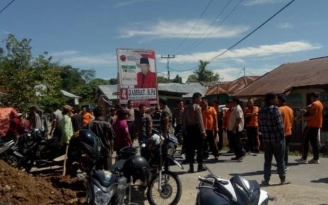 Tidak Transparan Kelola DD, Warga Pinggir Air Demo dan Segel Kantor Kades