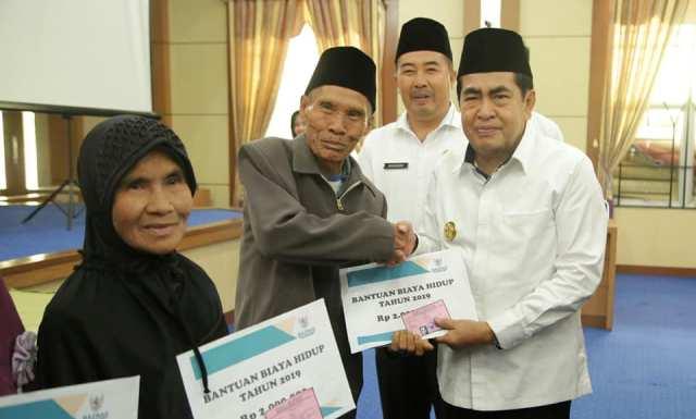 278 mujstahid menerima bantuan biaya hidup yang diserahkan langsung Walikota H.Asafri Jaya Bakri (AJB), Rabu (24/4).