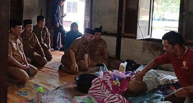 Wabup Kerinci Ami Taher saat Mengungjungi Kakek 81 yang sakit