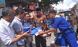 Sekretaris Daerah Kota Sungai Penuh Munasri Serahkan Bantuan untuk Korban Kebakaran
