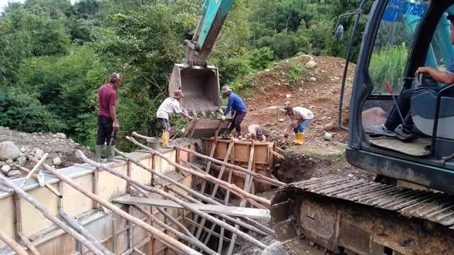 Photo of Proyek Jembatan Senilai Rp. 5.1 M Dikerjakan Asal-Asalan, Aduk Semen Pakai Molen dan Ekskavator