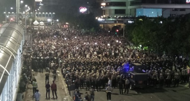 Takterhindar Bentrok Massa dan Polisi,