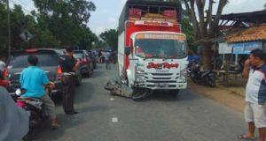 Sepeda motor korban masih di bawah truk pengangkut cabai