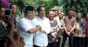 Presiden terpilih, Joko Widodo (kanan) berjabat tangan dengan Prabowo Subianto, di Jakarta, Jumat (17/10) [suara.com/Bowo Raharjo].