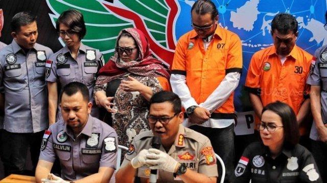 Tersangka kasus penyalahgunaan narkoba Tri Retno Prayudati alias Nunung dan suaminya Iyan Sambiran dihadirkan saat rilis kasus di Ditresnarkoba Polda Metro Jaya, Jakarta, Senin (22/7). [Suara.com/Muhaimin A Untung]