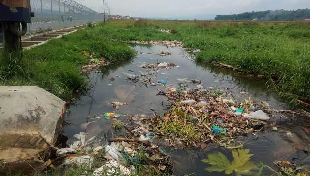 Sampah Menumpuk di Pintu Masuk Bandara Depati Parbo