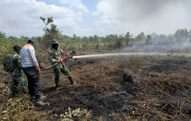 Satgas Karhutla memadamkan api di Muaro Jambi.