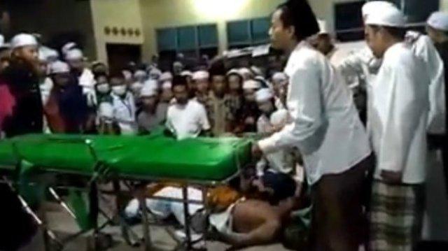 Warganet digegerkan oleh beredarnya video mayat Robi Anjal, lelaki berusia 60 tahun di Kota Sampang, Madura, Jawa Timur, yang mendadak hidup lagi seusai diturunkan dari ambulans. [Facebook]