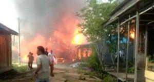 Kebakaran hanguskan enam rumah di Pengabuan. Foto: Saputra/Jambiseru.com