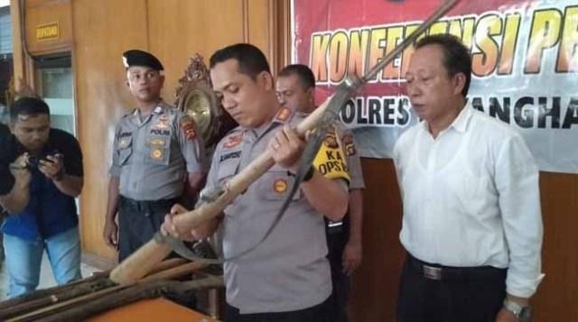 Polres Batanghari amankan 10 pucuk senpi rakitan dari SAD. Foto: Jambiseru.com