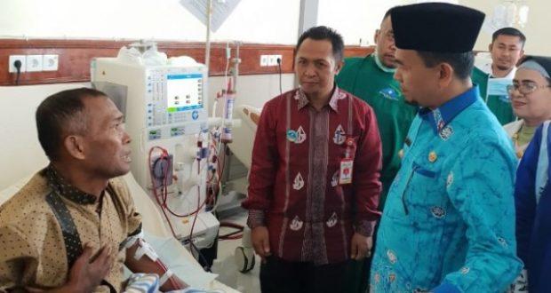 Bupati Kerinci Adirozal bersama Direktur RSUD MHA Thalib saat mengunjungi pasien