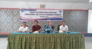Dr. Hadiyandra Kadis Pendidikan Kota SUngai Penuh saat pembukaan acara KKG di Aula Hotel Mahkota Sungai Penuh