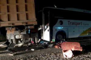 Bus Transport Ekspres menabrak samping truk Fuso di Jalinsum Simpang Sawmil Tanah Sepenggal Lintas Bungo, Rabu dinihari. (Istimewa)