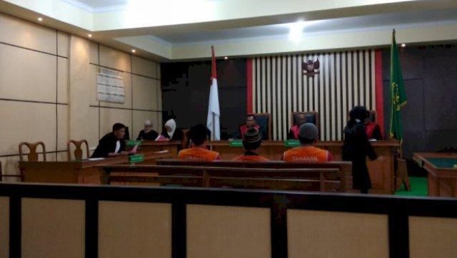 Ketiga terdakwa disidang hari ini.(Hendro/brito.id)