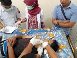 Korban tewas gantung diri dilakukan pemeriksaan medik.(Deni/Brito.id)