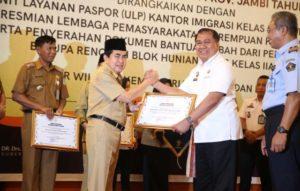 Wali Kota Sungai Penuh Asafri Jaya Bakri Raih Penghargaan Anubhawa Sasana Desa