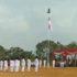 Warga Tebo panjat tiang perbaiki bendera yang nyangkut. Foto: Instagram/info_seputar_jambi