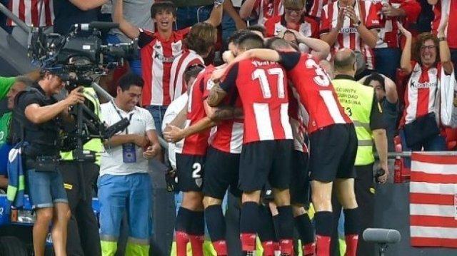 Para pemain Athletic Bilbao merayakan gol Aritz Aduriz ke gawang Barcelona di laga pembuka Liga Spanyol di San Mames stadium. ANDER GILLENEA / AFP