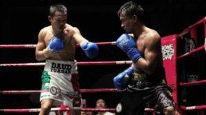 Petinju Indonesia, Daud Yordan (kiri) saat menghadapi Aekkawee Kaewmanee di Bone Night Club, Pattaya, Thailand, Minggu (4/8/2019) malam. [Dok. Mahkota Promotion]