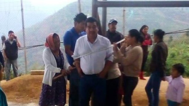 Wali kota di Meksiko, Pedro Damián González Arriaga diikat warganya di alun-alun. [Mexico News Daily]