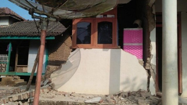 Penampakan rumah warga yang rusak akibat gempa Banten pada Jumat (2/8) malam. (Suara.com/Yandhi Deslatama)