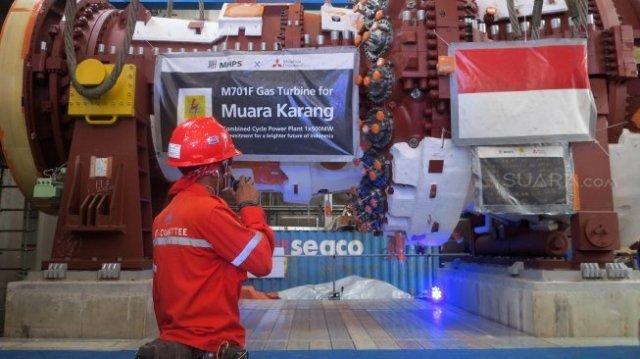 Petugas PLN mengecek Gas Turbine Type M701 F5 di PLTGU Muara Karang, Jakarta, Senin (29/7). [Suara.com/Oke Atmaja]
