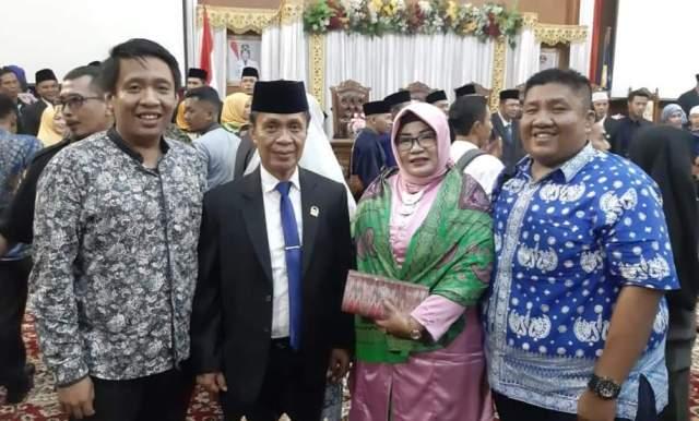 Ulil Amri bersama keluarga saat acara pelantikan DPRD Muaro Jambi di Gedung DPRD Muaro Jambi.