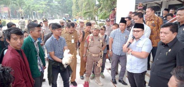 Photo of Aksi Mahasiswa Merangin! Wakil Ketua DPRD Tolak Hadiah Simbolis Ayam Potong
