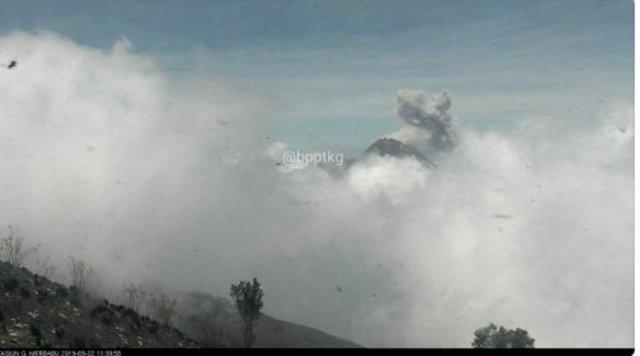 Photo of Setinggi 800 Meter, Gunung Merapi Muntahkan Awan Panas