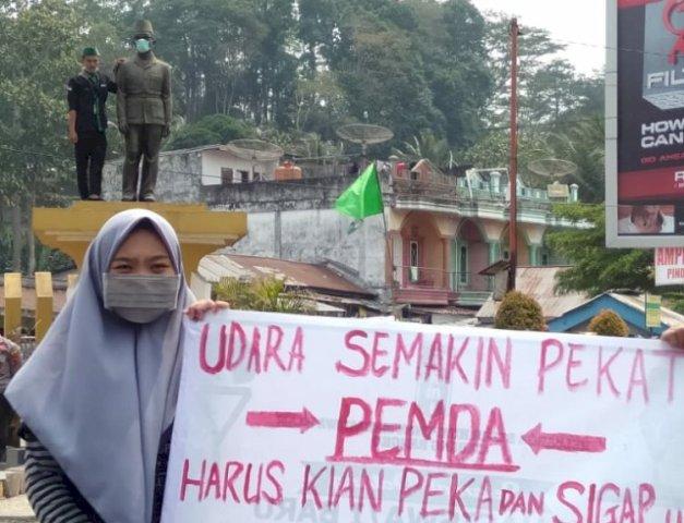 Photo of Aksi HMI Bangko Pasangi Masker ke Patung HM Kamil