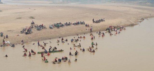 Photo of Beramai-ramai Warga Sarolangun Mendulang Emas di Pinggir Sungai Tembesi