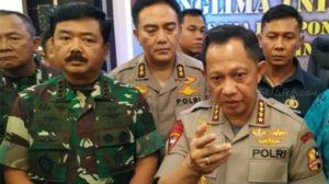 Kapolri Jendral Tito Karnavian (kanan) didampingi Panglima TNI Jenderal Hadi Tjahjanto di Jayapura, Selasa (27/8/2019) malam.