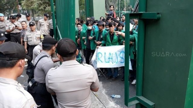 Photo of Ambulans Lalu Lalang Gotong Mahasiswa yang Terkena Gas Air Mata dan Petasan